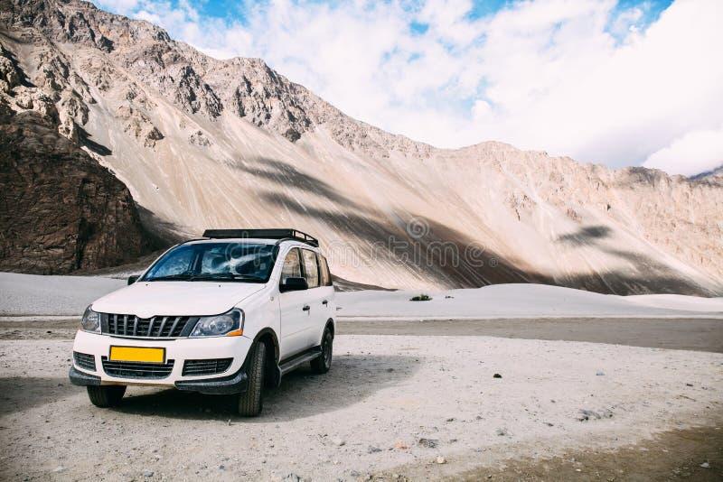 Белый автомобиль припарковал в сцене горы гористой местности в Leh, Индии стоковая фотография