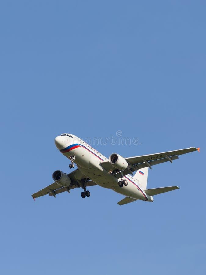 Белый аэробус A319 пассажирского самолета стоковое изображение rf
