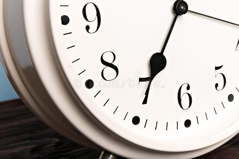 Белый будильник стоковое изображение rf