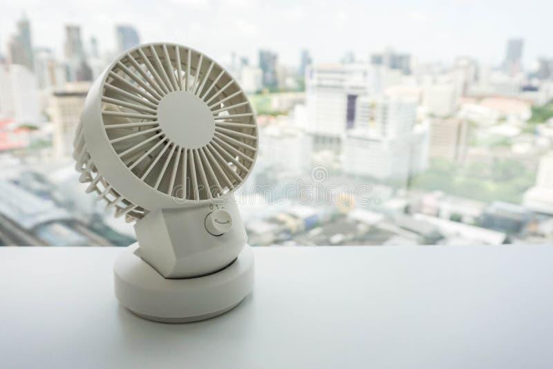 Белый вентилятор настольного компьютера USB портативной машинки на таблице офиса стоковое фото rf
