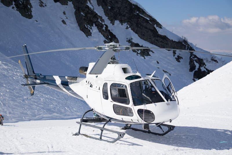 Белый вертолет спасения припаркованный в горах стоковые изображения rf