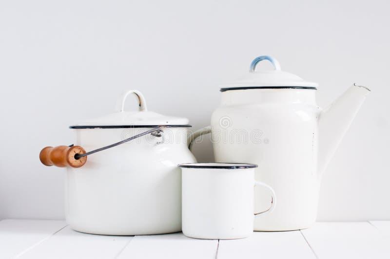 Белый винтажный kitchenware стоковое фото