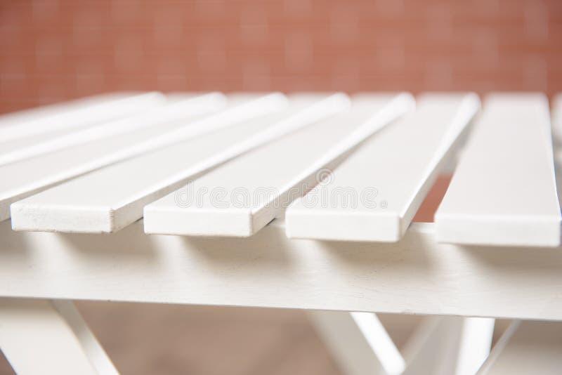 Белый деревянный стол на стене стоковое фото rf