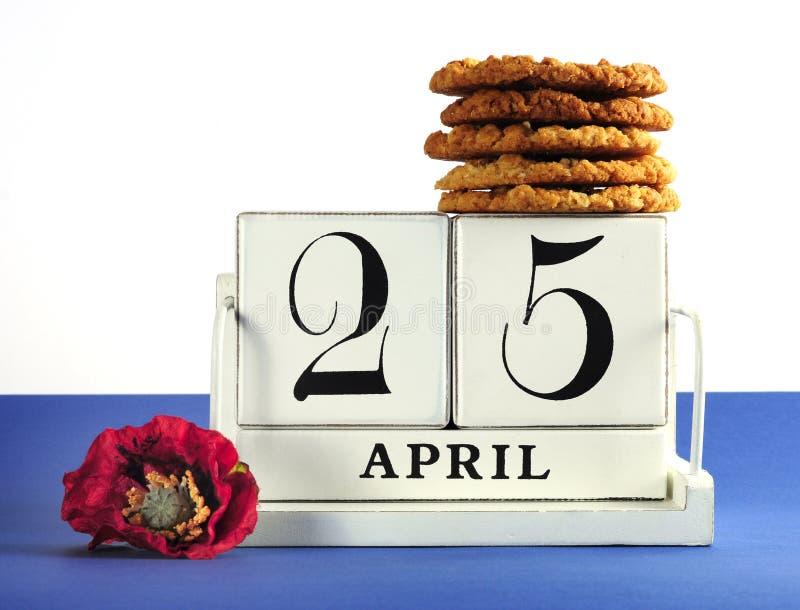 Белый затрапезный шикарный винтажный календарь блока стиля на день Anzac, 25-ое апреля, с традиционными печеньями Anzac стоковые изображения rf
