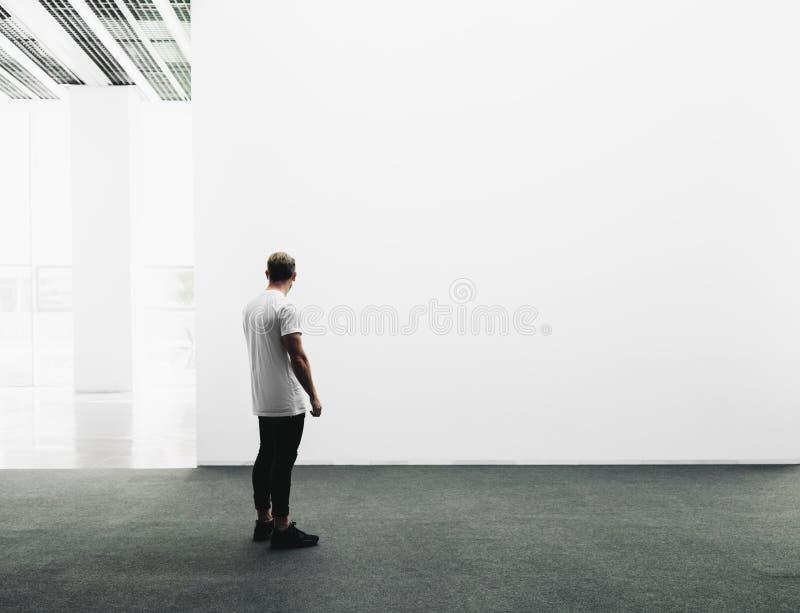 Белый интерьер галереи с пустым и белым холстом стоковая фотография