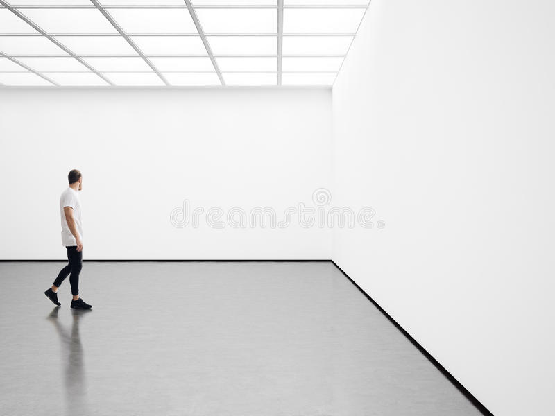 Белый интерьер с белым холстом и молодым человеком стоковое изображение rf