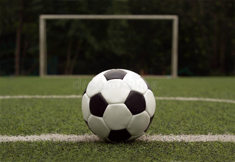 Белый и черный шарик для играть футбол против ga стоковое фото rf