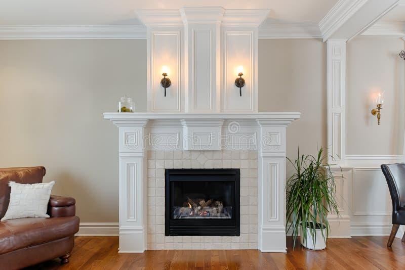 Белый камин в роскошном доме стоковое фото