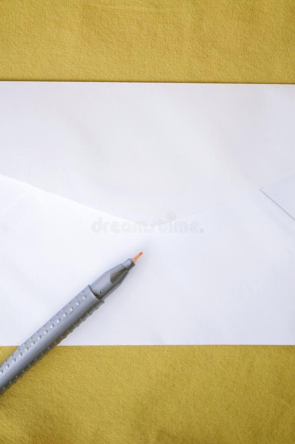 Белый конверт на желтой предпосылке стоковые изображения rf