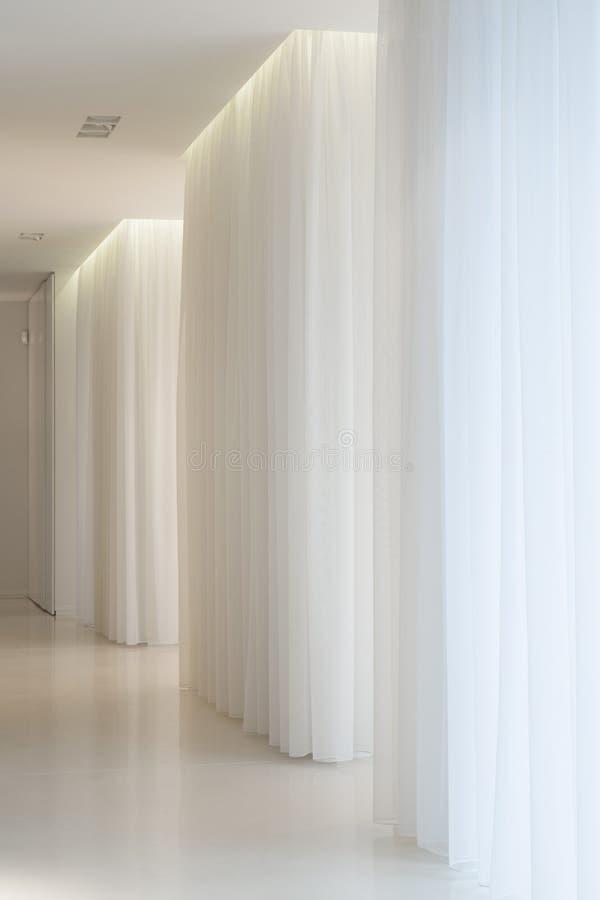 Белый коридор в современном особняке стоковые изображения