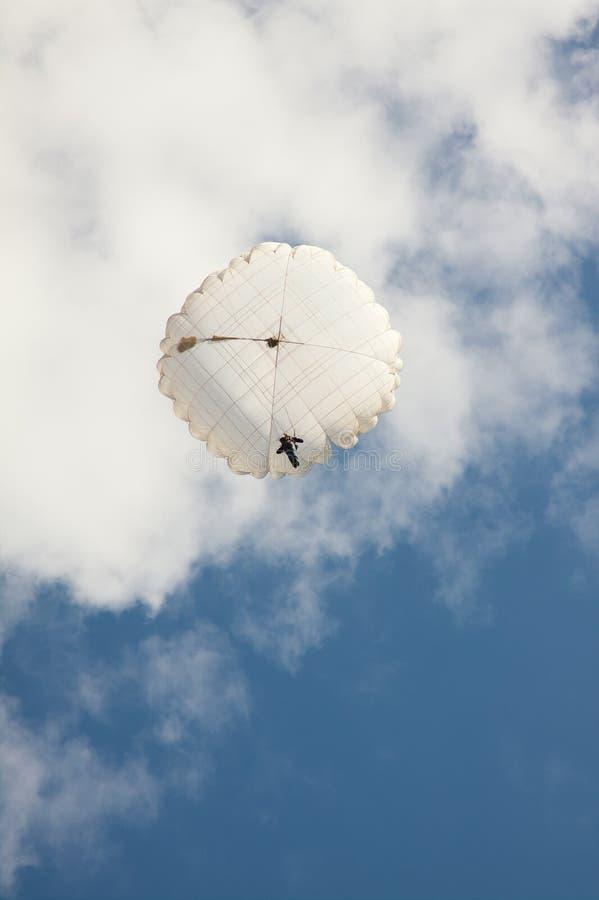 Белый круглый парашют на небе предпосылки голубом с облаками стоковое изображение rf