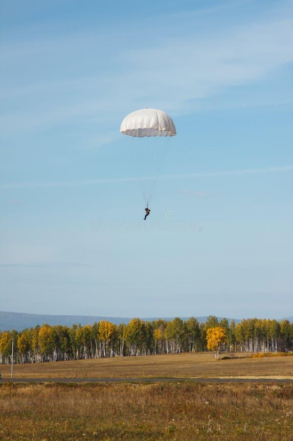 Белый круглый парашют на предпосылке ландшафта осени стоковое изображение rf