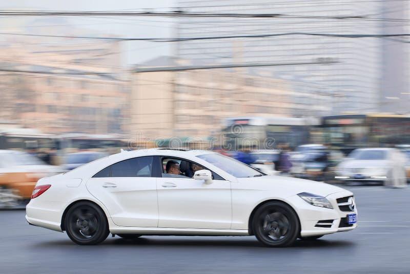 Белый Мерседес-Benz SLS55 AMG в занятом центре города, Пекин, Китай стоковые изображения