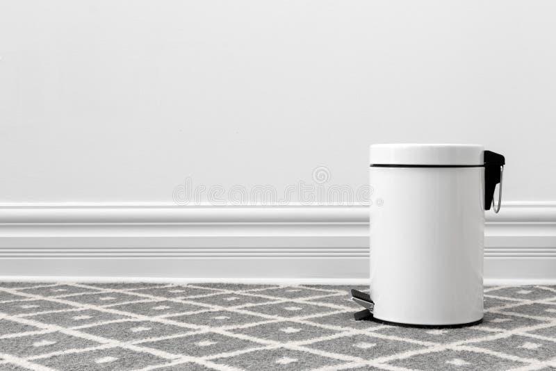 Белый мусорный бак стоковые фото