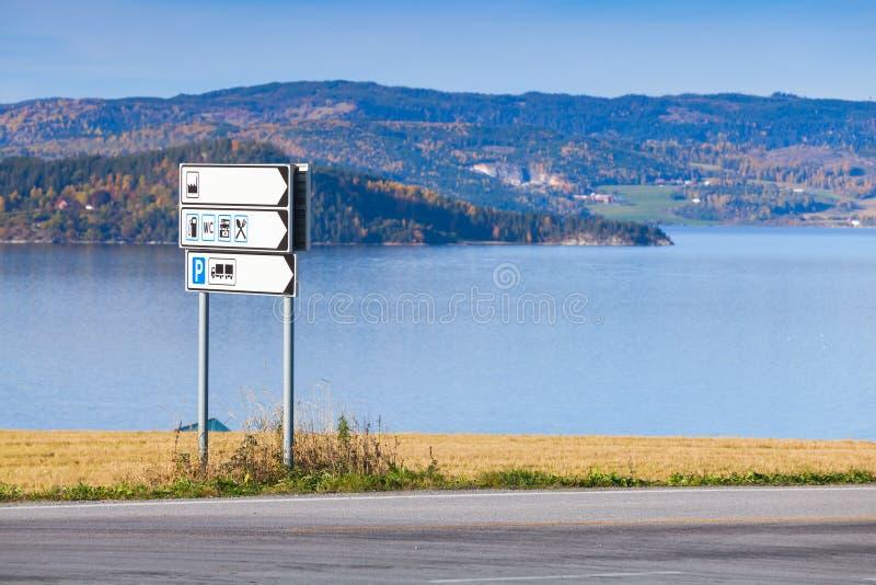 Белый дорожный знак информации стоковая фотография