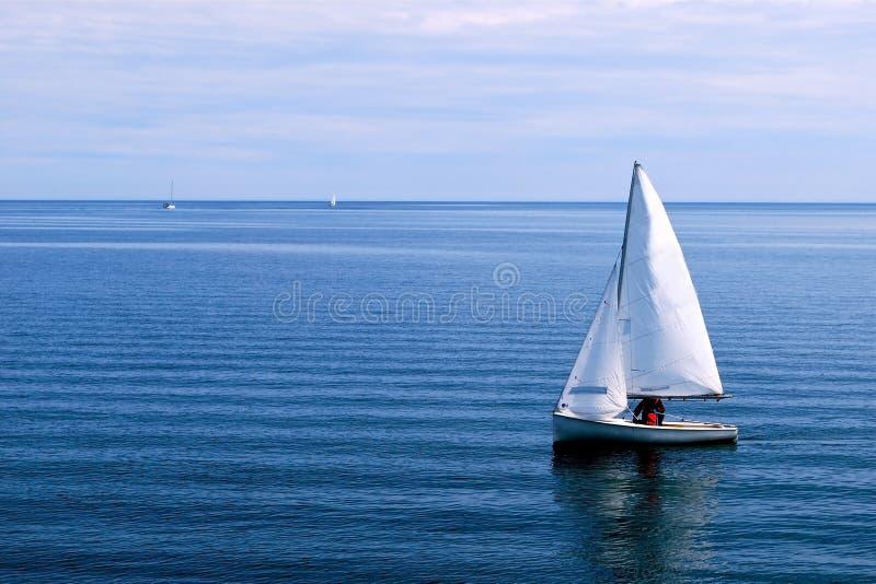 Белый парусник в голубом океане стоковое изображение rf