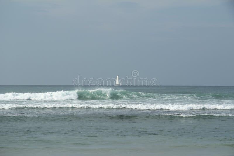 Белый парусник в океане стоковые фотографии rf