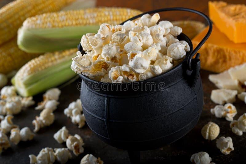 Белый попкорн мозоли чайника чеддера стоковая фотография