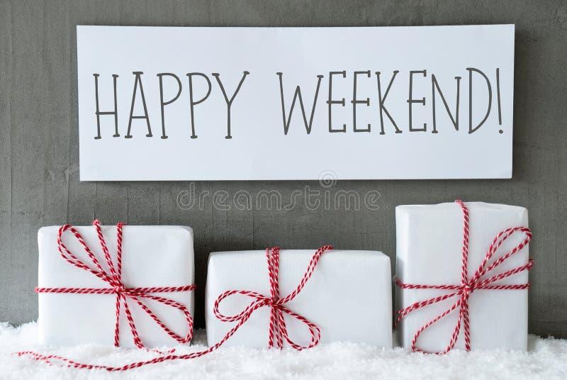 Белый подарок на снеге, отправляет СМС счастливые выходные стоковое фото