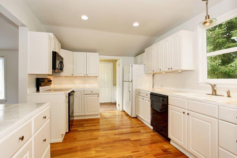 Белый пустой простой старый интерьер кухни в американском историческом доме стоковое фото rf