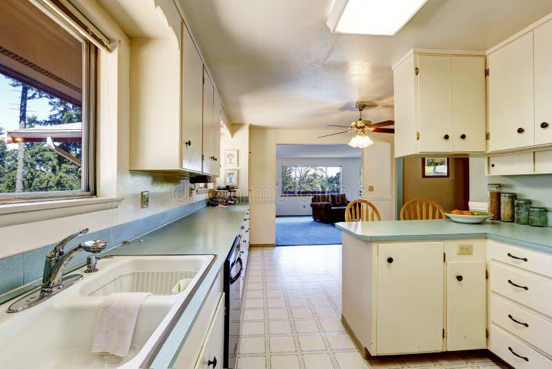 Белый пустой простой старый интерьер кухни стоковые изображения rf