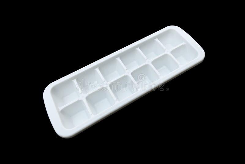 белый пластичный поднос делать льда изолированный на черноте стоковое фото