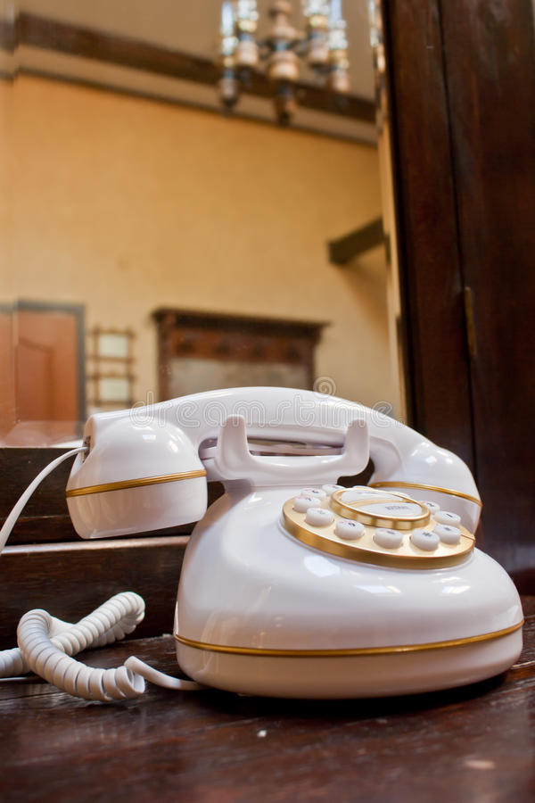 Белый ретро телефон стоковое изображение rf