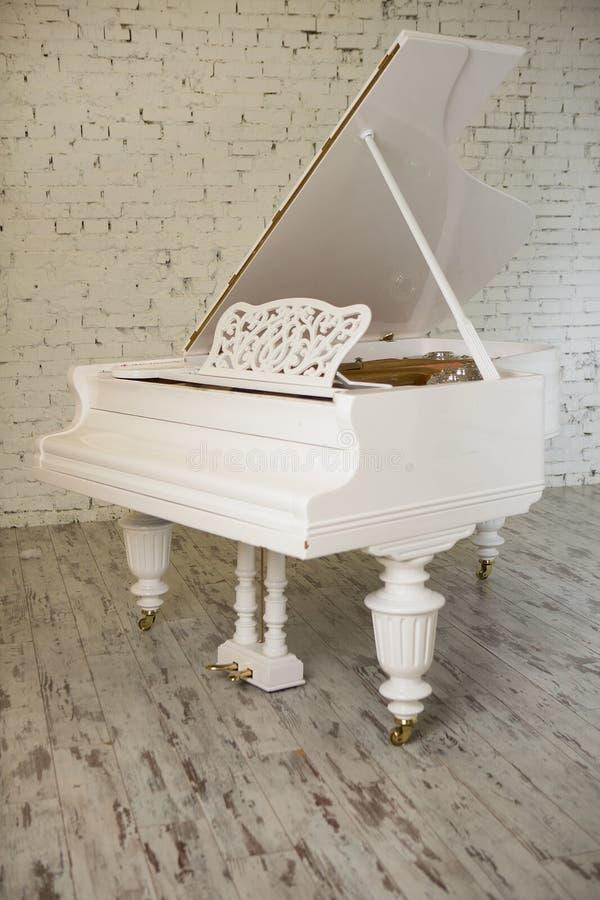 Белый рояль в белом современном интерьере белизна комнаты сидя стоковое фото rf