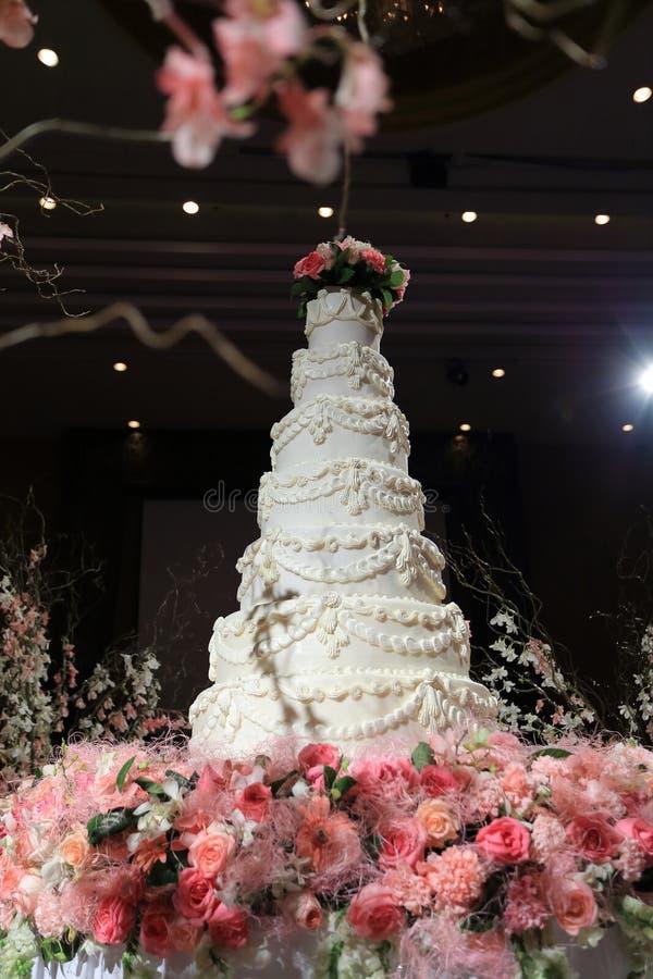 Белый свадебный пирог стоковые изображения rf