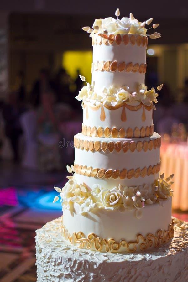 Белый свадебный пирог стоковые фотографии rf