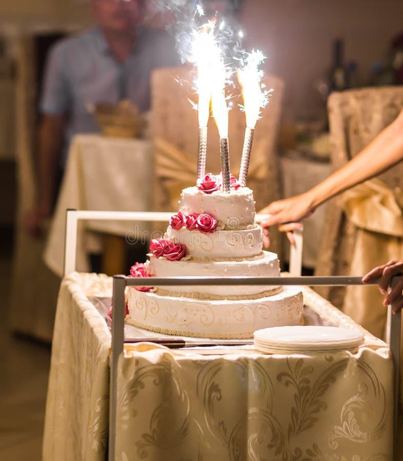 Белый свадебный пирог стоковые фото
