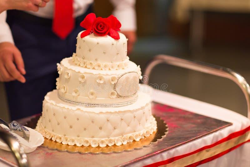 Белый свадебный пирог стоковая фотография rf