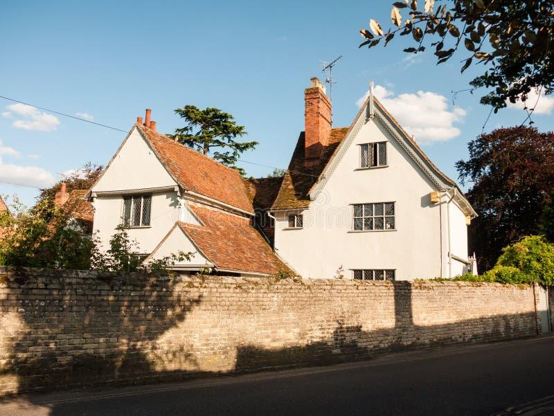 Белый симпатичный дом коттеджа в мягком свете и кирпичной стене и стоковые фотографии rf