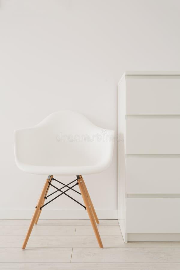 Белый стул в современном дизайне стоковые изображения