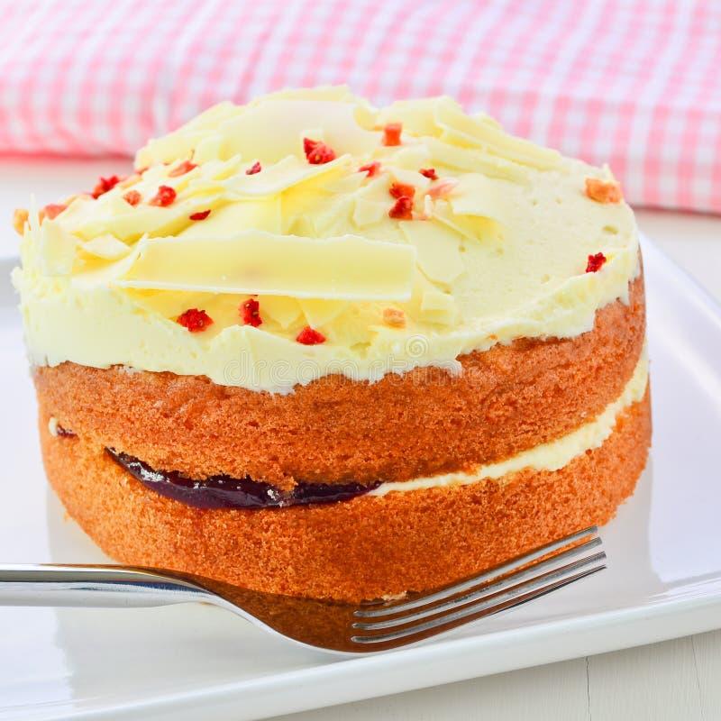 Белый торт губки варенья и сливк шоколада стоковая фотография