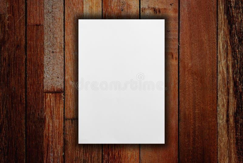 Белый чистый лист бумаги на таблице стоковые фотографии rf