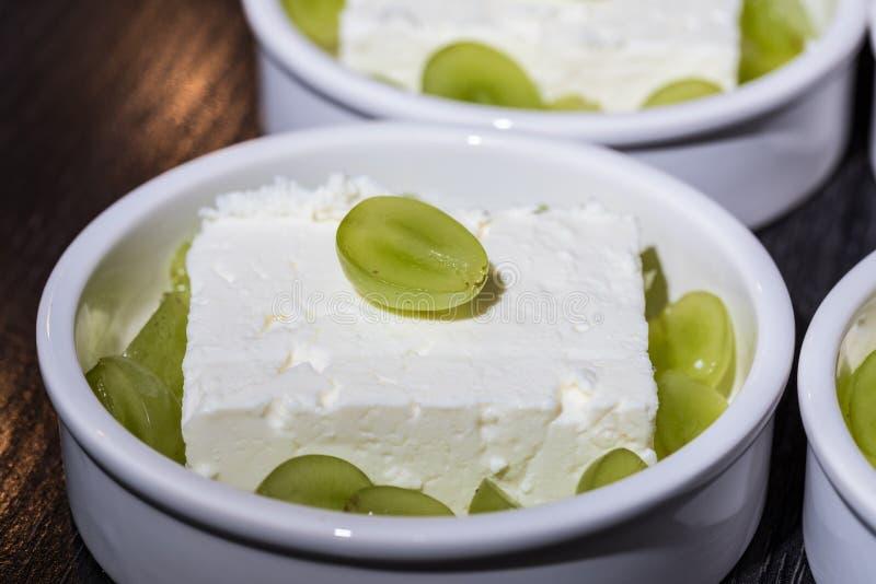 Белый шар пустыни с сыром ` s cheep и зелеными виноградинами как десерт перед жарить в печи стоковое фото rf
