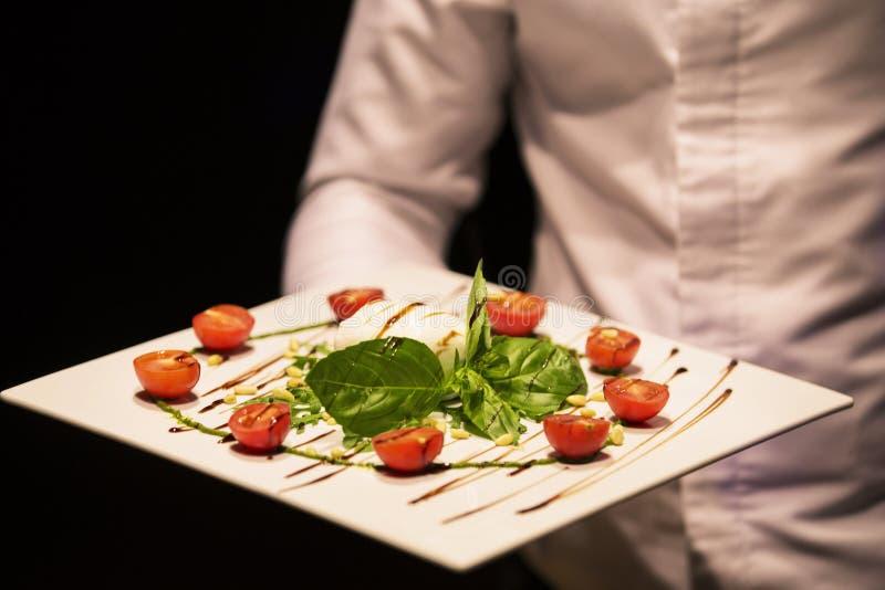 Белый шар свежего и здорового среднеземноморского салата с сыром моццареллы, томатами и листьями базилика стоковое фото rf