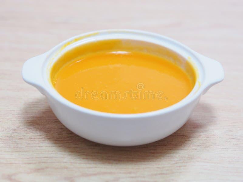 Белый шар супа папапайи на деревянном столе стоковое изображение rf
