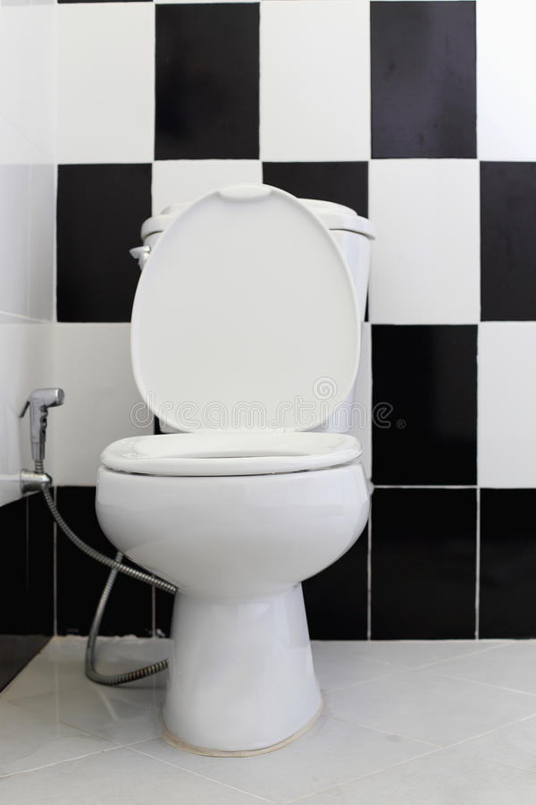 Белый шар туалета в ванной комнате стоковое изображение rf