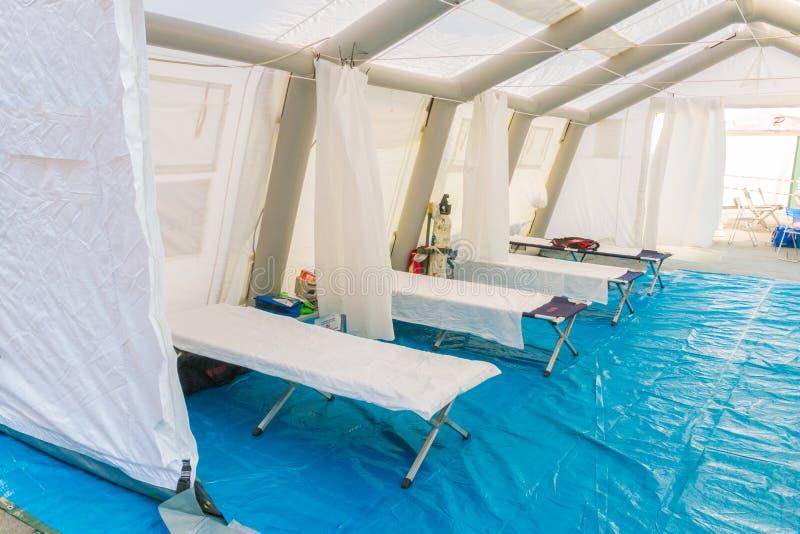 Белый шатер контрольного центра спасения с кроватью лагеря и equ аварийной ситуации стоковое фото rf