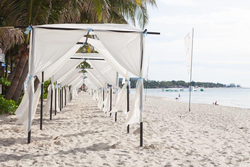 Белый шатер на пляже стоковое фото rf