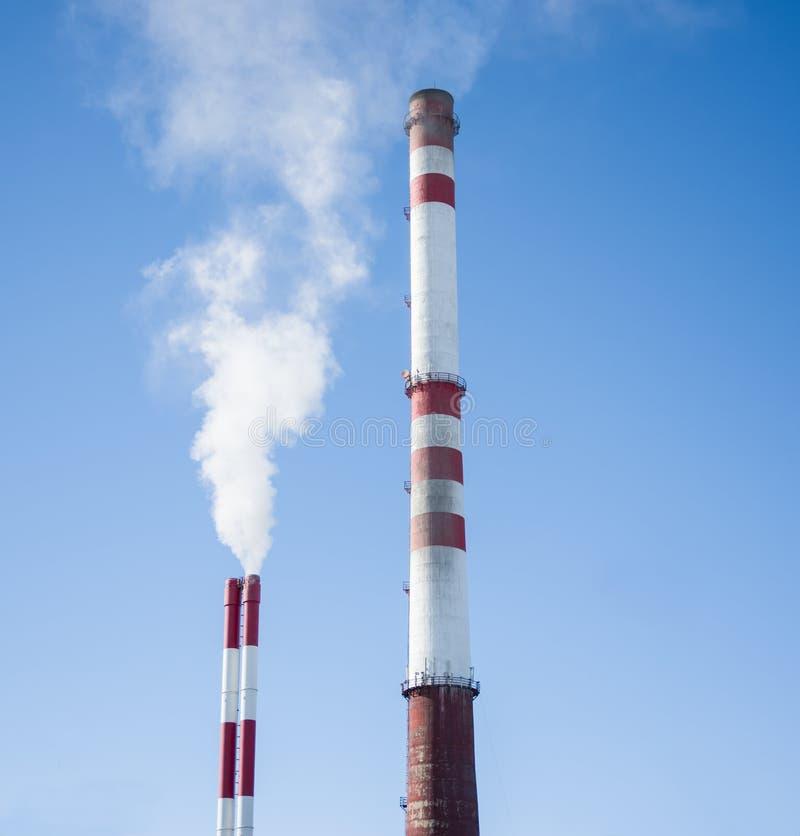 Белый дым из промышленной дымовой трубы стоковые фото