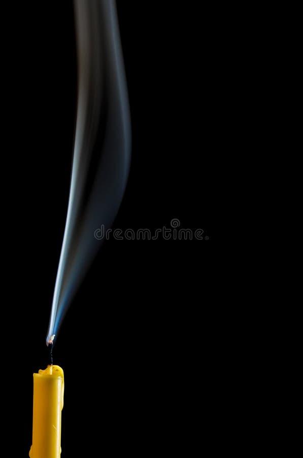 Белый дым когда свеча пойдет вне стоковое изображение