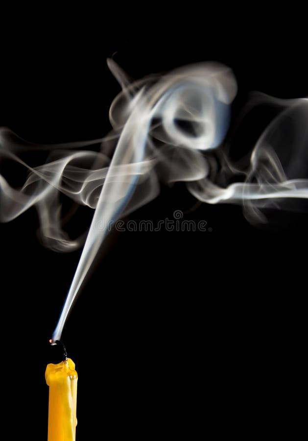 Белый дым когда свеча пойдет вне стоковые изображения