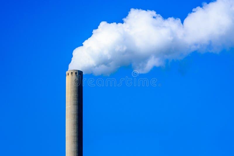 Белый дым от печной трубы против яркого голубого неба стоковые фотографии rf
