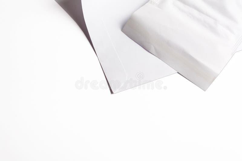 Белым предпосылка конверта изолированная делом стоковое изображение rf