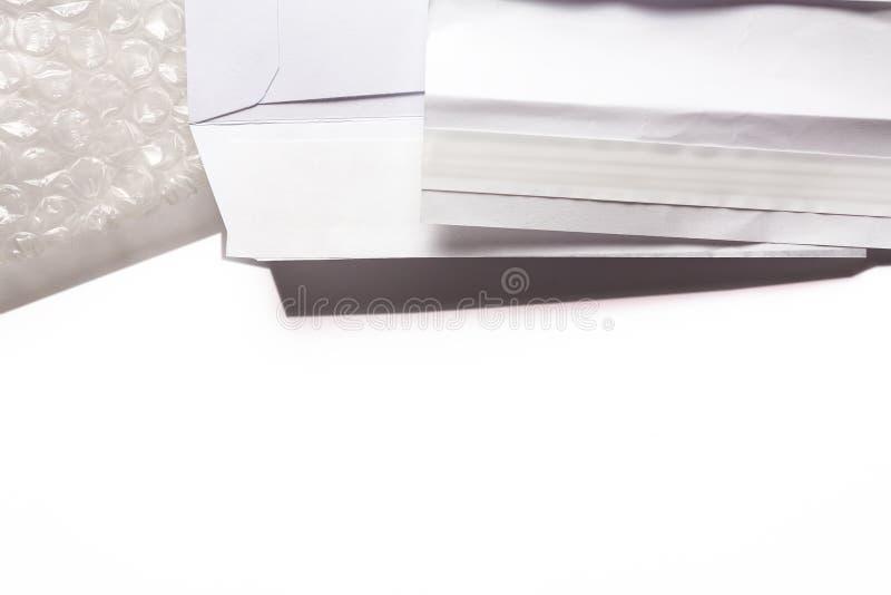 Белым предпосылка конверта изолированная делом стоковое фото
