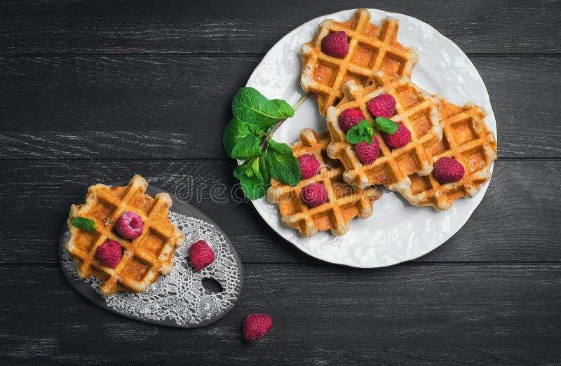 Бельгийские сочные круглые waffles с свежими полениками стоковые фото