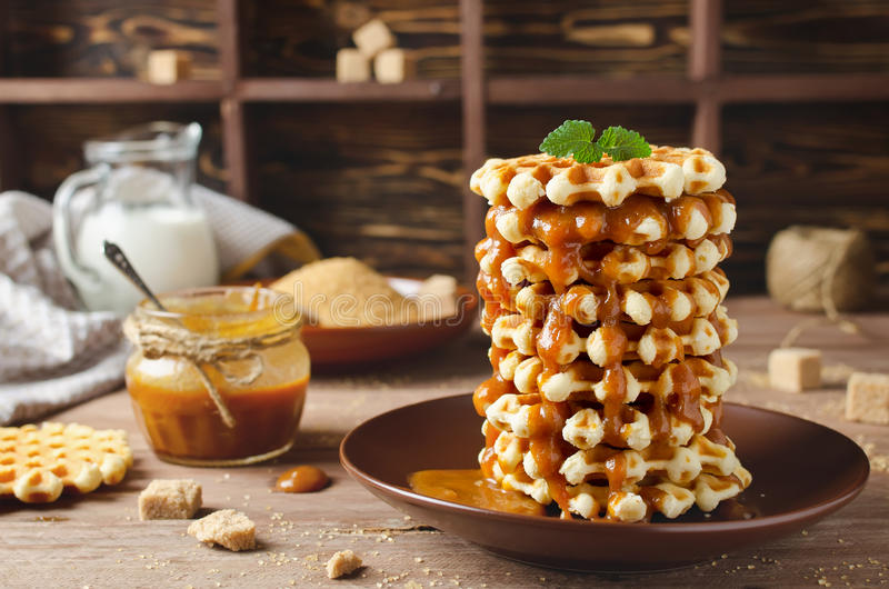Бельгийские waffles сахара с соусом карамельки стоковое фото rf